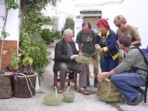 grupo de personas elaborando cestas y utensilios de esparto artesanal