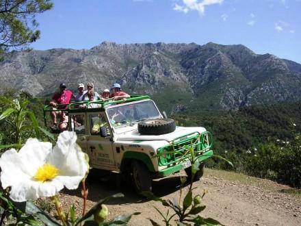 coche todoterreno con gente de pie durante el recorrido por la sierra